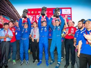El equipo KAMAZ-Master celebra su victoria