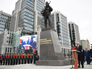 افتتاح نصب تذكاري لميخائيل كلاشنيكوف في موسكو