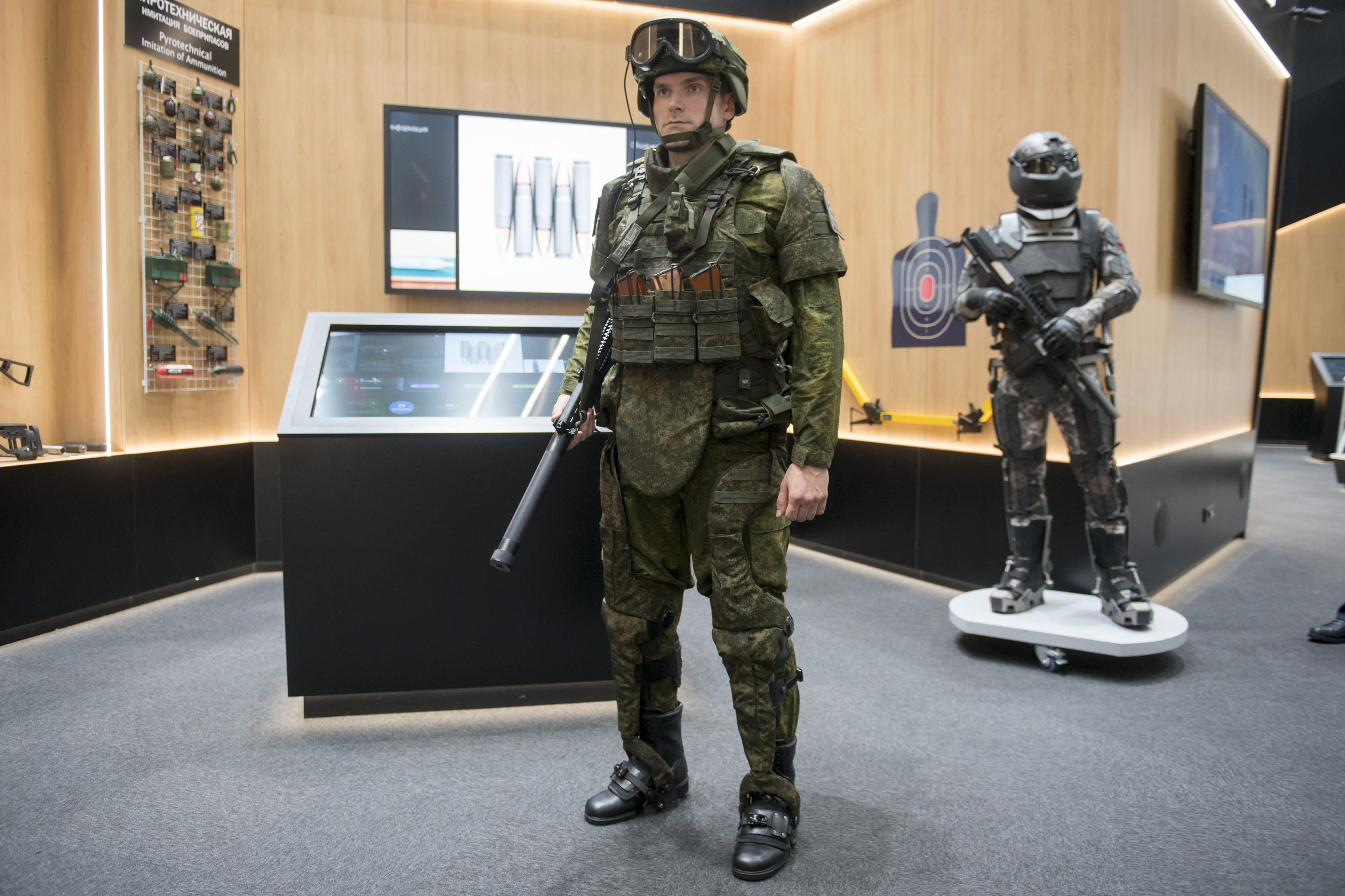 Rostec for the First Time Demonstrates Operative Exoskeletons for the New Generation of the Ratnik Combat Suit